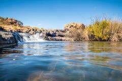 Bred sikt av vattenfallet för Bourkes lyckagropar, Mpumalanga Arkivfoto