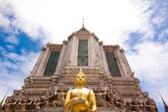 Bred sikt av Wat Arun Royaltyfri Bild