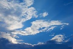 Bred sikt för perspektiv av romantisk marinblå himmel med vita gråa moln För horisontbakgrund för hög upplösning konstnärlig bild royaltyfria bilder