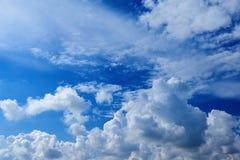 Bred sikt för perspektiv av romantisk marinblå himmel med vita gråa moln För horisontbakgrund för hög upplösning konstnärlig bild arkivfoto