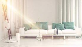 Bred soffa framme som badas i gult solljus arkivfoto