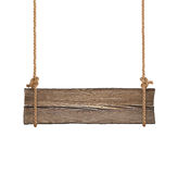 Bred träskylt som hänger på enkla rep Isolerat på vit Arkivfoto