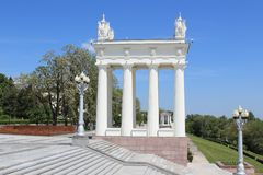 Bred trappa, lyktor och snitt på invallningen av Volgaen arkivbilder