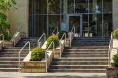 Bred utomhus- trappuppgång av mång--berättelse byggnad Royaltyfri Bild