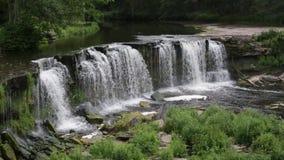 Bred vattenfall i sommartid lager videofilmer
