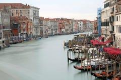 bred vattenväg som kallas Kanal Stor i Venedig med lång exponering arkivbild