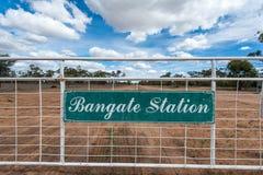 Bred vinkel av den Bangate stationsingången och porten till vildmarkegenskapen arkivbilder