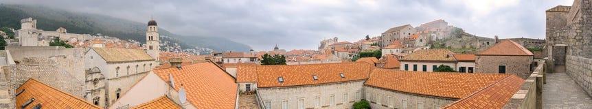 Bred vinkel av Dubrovnik från stadsväggar Royaltyfri Bild