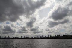 Bred vinkel av flodstranden, himmel, floden och byggnader Royaltyfria Bilder