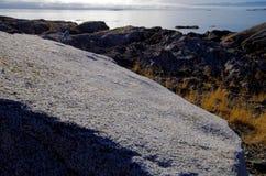 Bred vinkel av granitstenblocket på nötkreaturpunkt, Juan de Fuca Strait i avståndet royaltyfria foton