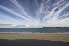 Bred vinkel deserterad strand, Tenby Royaltyfri Fotografi