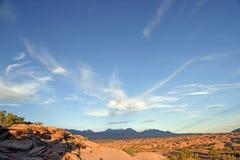 Bred vinkel för ökensolnedgång med berg Royaltyfri Fotografi