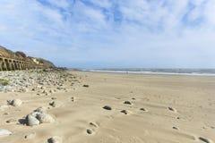 Bred vinkel Pebble Beach för landskapformat och blå himmel Royaltyfri Fotografi