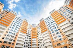 Bred vinkel som skjutas av nya bostads- byggnader Arkivbilder