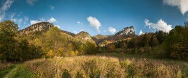 Bred vinkelpanorama av det höstliga berglandskapet Arkivfoto