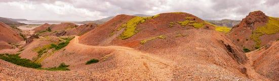 Bred vinkelpanorama av röda berg av Lonsoraefi i Island Royaltyfri Bild
