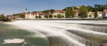 Bred vinkelpanoramautsikt av staden Landsberg med floden Lech royaltyfria bilder