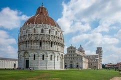 Bred vinkelsikt av den romanska baptisteryen av St John Baptistry på piazzadeiMiracoli Piazza del Duomo den populära turist- drag royaltyfria foton