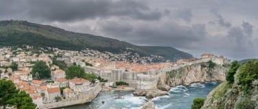 Bred vinkelsikt av Dubrovnik med stormen Arkivfoto