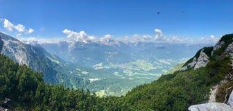 Bred vinkelsikt av en dal i Tyskland royaltyfri bild