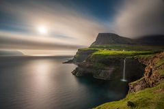 Bred vinkelsikt av lång exponering för Gasadalur vattenfall i Faroe Island, Vagar ö arkivbilder