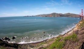Bred vinkelsikt av Sanen Francisco Bay med Golden gate bridge i bakgrunden Fotografering för Bildbyråer