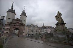 Bred vinkelsikt på den gamla bron av Heidelberg, Tyskland royaltyfri fotografi