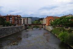Breda floder till och med byar royaltyfri foto