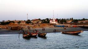 Breda flodmynningen av den Gambia floden och fiskaren skäller, Gambia royaltyfria foton