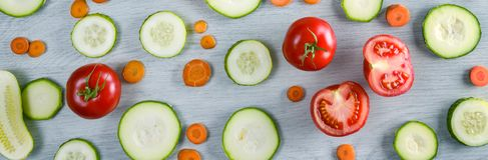 Breda fotogrönsaker på träbakgrund arkivfoto