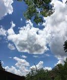 Breda moln i himlen royaltyfria bilder