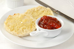 bredd smör på engelsk muffin Arkivbilder