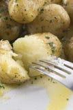 bredd smör på ny potatis Royaltyfria Foton