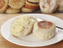 bredd smör på engelsk muffin Royaltyfri Fotografi