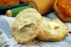 bredde smör på kexar Royaltyfri Foto