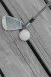 Breddstegkil och golfboll Arkivfoton