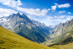 Brede bergvallei caucasus Stock Afbeeldingen