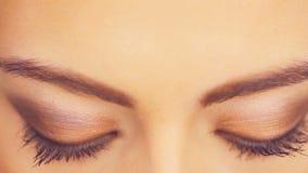 Brede blauwe ogen van een mooie vrouw stock footage