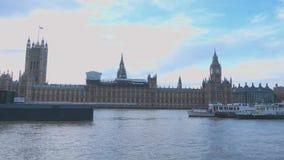 Brede die hoek over de Huizen van het Parlement Londen van Westminster wordt geschoten stock footage