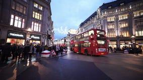 Brede die hoek van de mening van de het Circusstraat van Londen Oxford in de avond wordt geschoten stock videobeelden