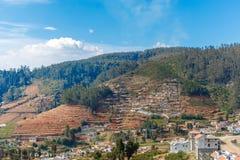 Brede die mening van huizen op een berg, Ooty, India worden gebouwd, 19 Augustus 2016 royalty-vrije stock afbeelding