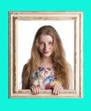 Brede eyed vrouw die over schouder kijkt Royalty-vrije Stock Foto's