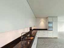 Brede flat, moderne keuken Royalty-vrije Stock Fotografie