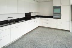 Brede flat, moderne keuken Stock Fotografie