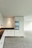 Brede flat, moderne keuken Stock Afbeelding