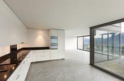 Brede flat, moderne keuken Stock Foto