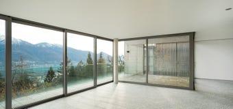 Brede flat, ruimte met vensters Stock Fotografie
