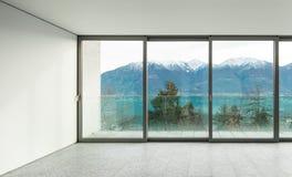 Brede flat, ruimte met vensters Stock Foto's