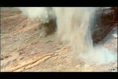 Brede geschotene bommen die in slagveld exploderen stock video