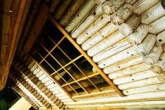 Brede hoek van logboekhuis   Stock Foto